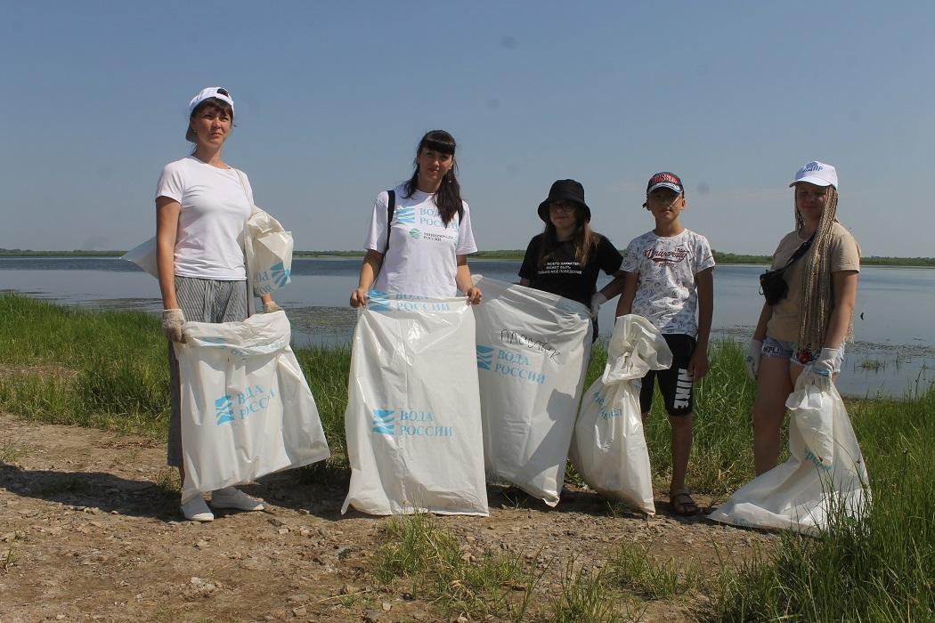 Благодаря волонтерам берег родной реки становится чище