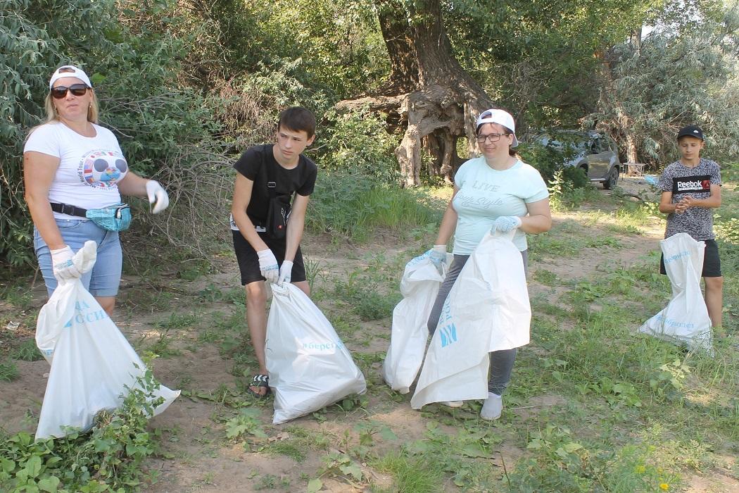 Участники Всероссийской акции Вода России очищают родную землю от мусора
